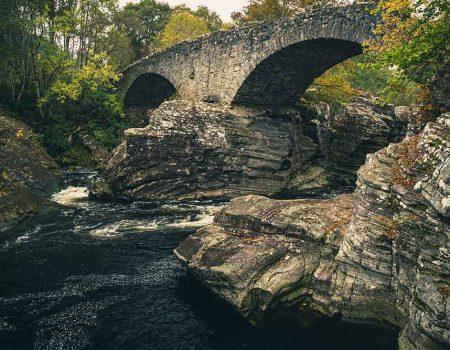 The rock in the middle of Invermoriston Bridge